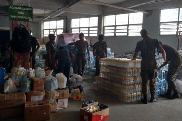 Os militares estão engajados na triagem de doações, separação de materiais e carregamento dos caminhões