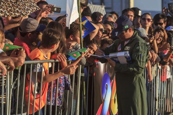 Tenente-Coronel Caldas distribui autógrafos