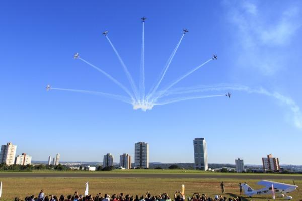 Voo com réplica da aeronave 14 Bis ocorreu durante 3º Arraiá Aéreo, realizado pelo Astronauta Marcos Pontes