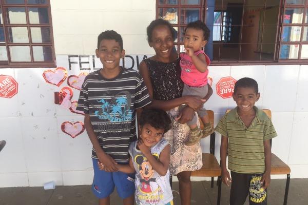 A senhora Melissa Alves da Conceição e seus filhos, após o atendimento odontológico