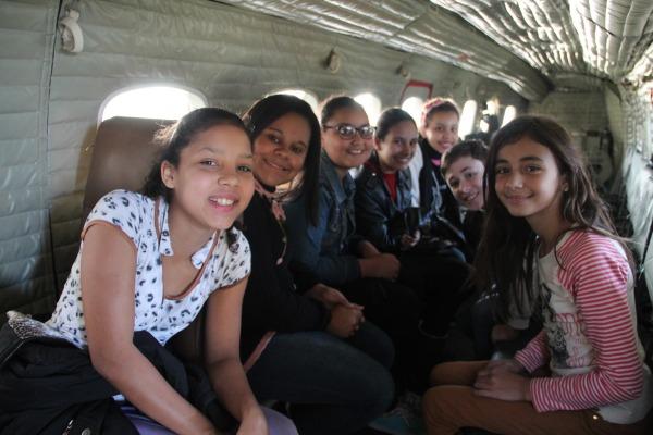 Alunos conhecem a aeronave C-95