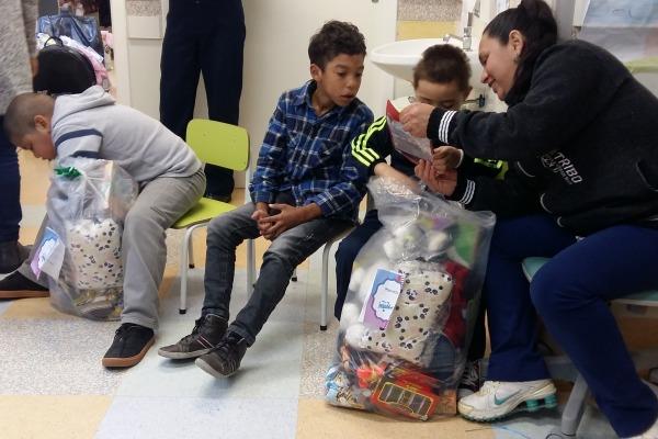 Crianças recebendo seus presentes