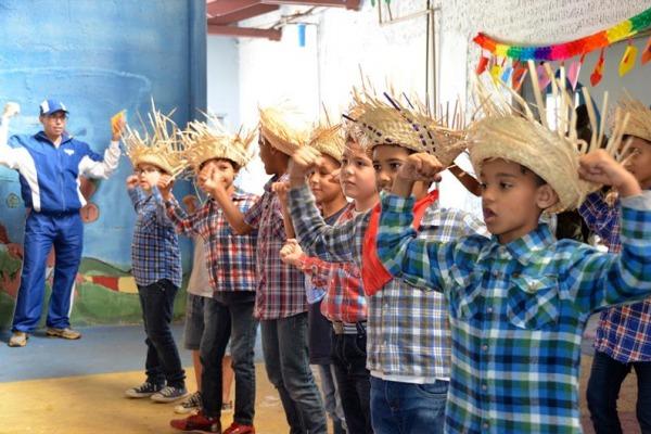 O programa atende a 200 crianças carentes da comunidade local na Ala 13