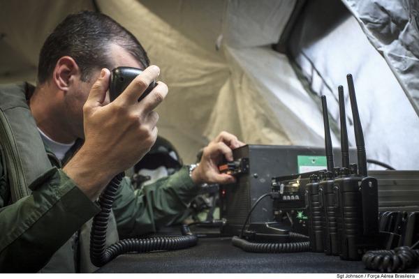 Oficial recebe, via rádio, acionamento de missão de defesa aérea
