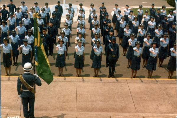 Primeira turma do quadro de graduadas presta juramento à Bandeira/Acervo FAB