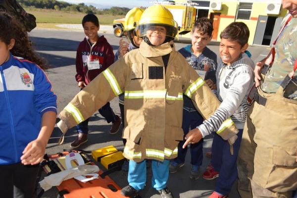 Entre as atividades, as crianças conheceram as aeronaves e aprenderam sobre combate a incêndio