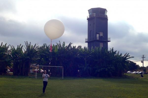 Aluna lançando o balão meteorológico