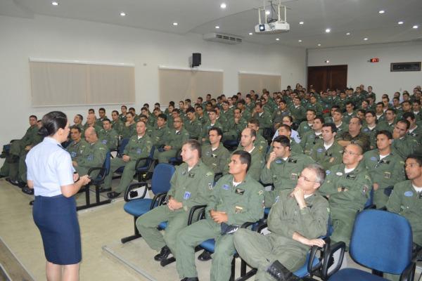 Tenente Pollyana e especialista em psicologia aeronautica