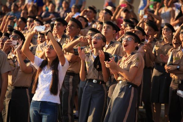 O público também assistiu à cerimônia militar e salto de paraquedistas