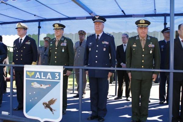 Autoridades em cerimônia da Ala 3, em Canoas (RS)