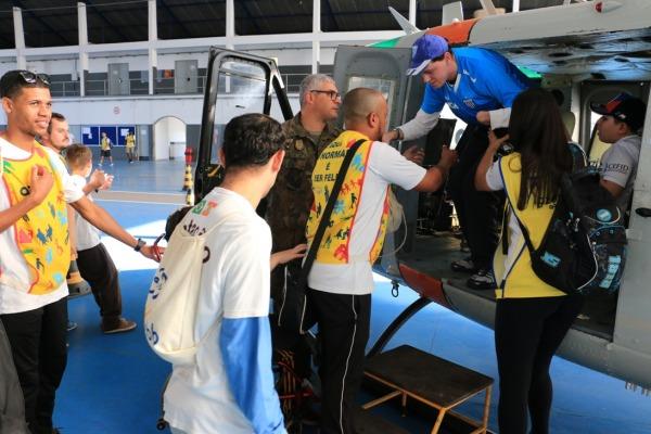 Os visitantes assistiram à demonstração do Canil e entraram em um helicóptero