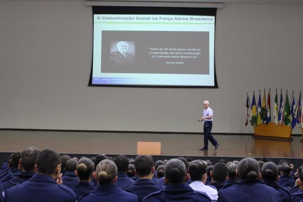 As palestras foram realizadas para os alunos e o efetivo da Unidade