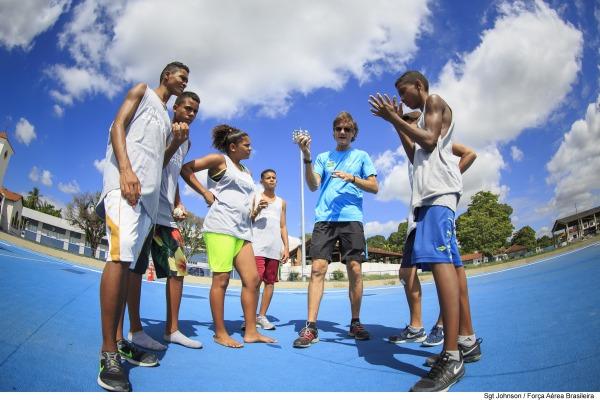 Atletas do Projeto Talentos Esportivos em instrução