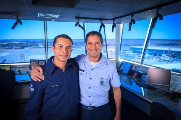 Os dois são controladores de tráfego aéreo da Torre do Aeroporto de Brasília