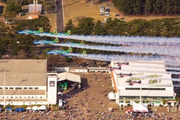 O evento contou com mais de vinte atrações, entre elas, a apresentação da Esquadrilha da Força Aérea Chilena