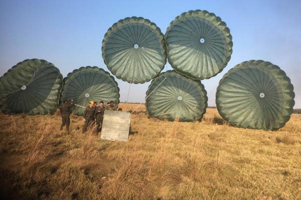 Pela primeira vez, o Esquadrão realiza lançamento conjunto do paraquedas C-6 em avião militar