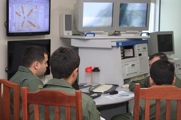 Pilotos fazendo análise da missão