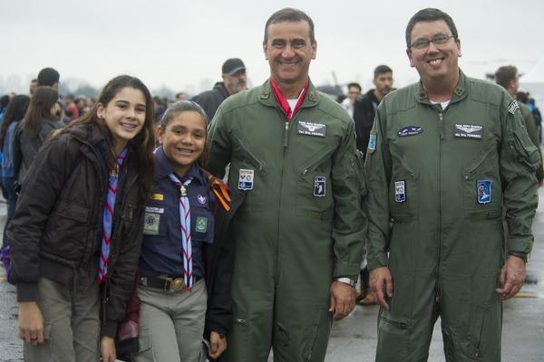 Diretor-Geral do DCTA, Tenente-Brigadeiro Amaral, com espectadores