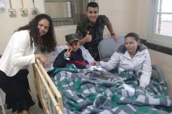 Durante a visita, os militares distribuíram kits e levaram alegria para os pacientes