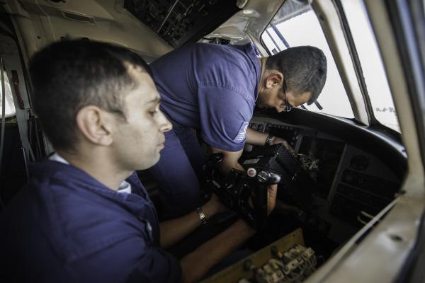 Equipe de manutenção realiza ajustes na aeronave