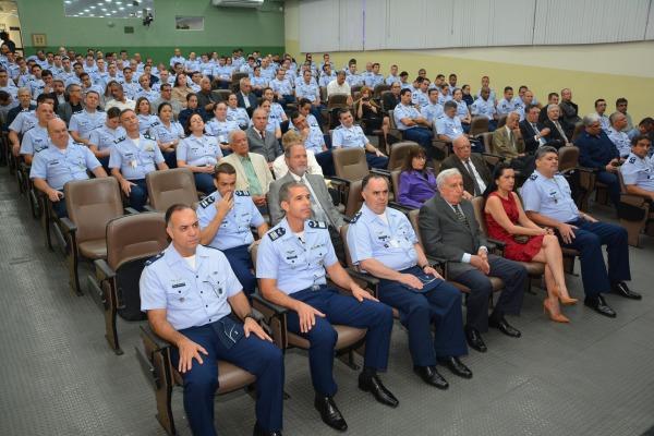 Autoridades  e convidados na cerimônia de aniversário