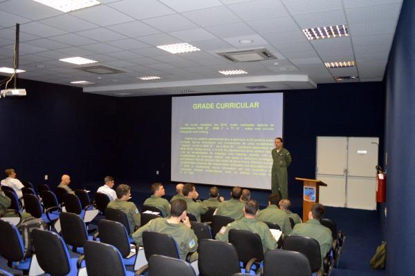 Ala 10 recebe Esquadrões do 3º Grupo para validação curricular