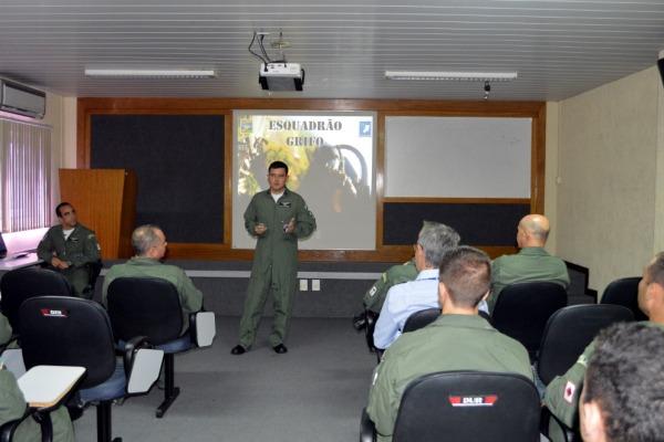 Os comandantes falaram sobre os esquadrões para os pilotos