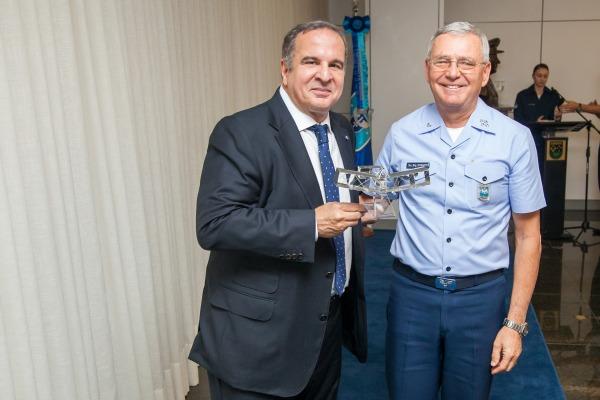 Comandante da Aeronáutica entregou réplica do 14 Bis para o palestrante