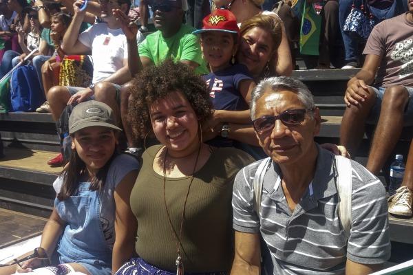 Espectadora Manuela com a família durante o desfile