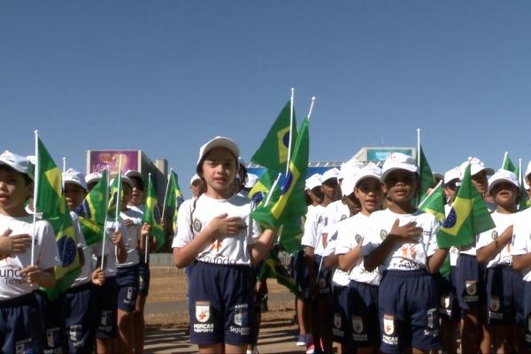 Menina Maysa do Projeto Forças no Esporte entoando o Hino Nacional