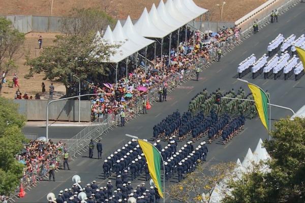 Esquadrilha da Fumaça encerrou o desfile no final da manhã