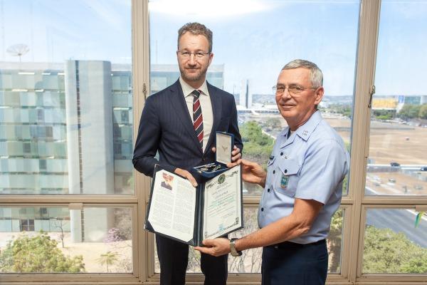Embaixador Hjelmborn, recebeu a Medalha Mérito Santos-Dumont