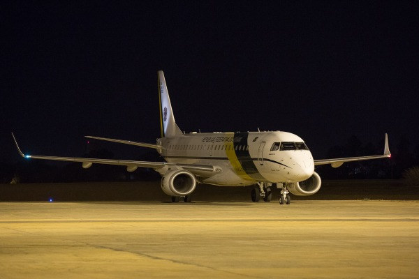 O avião presidencial VC-2 pousou em Brasília por volta de 1h30min