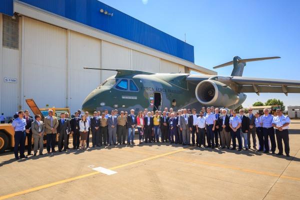 Nesta quinta-feira (14/09), dezenove parlamentares estiveram na fábrica da Embraer em Gavião Peixoto (SP)
