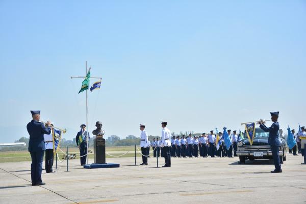 Homenagem foi realizada na Base Aérea dos Afonsos junto ao busto do Patrono da FAB