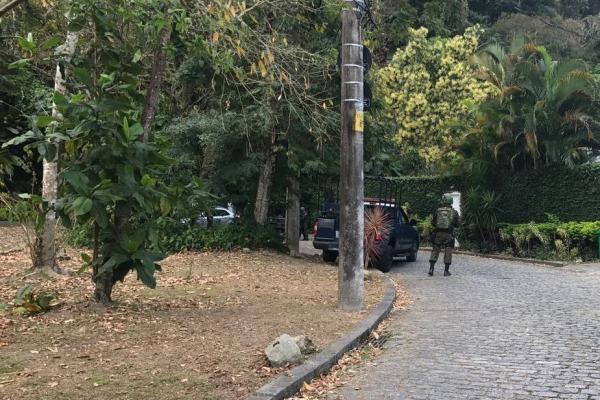 Tropas e aeronaves monitoram as principais vias de acesso à Comunidade da Rocinha