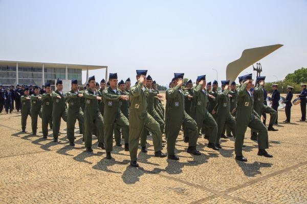 Desfile da tropa de aviadores e aeronavegantes da FAB