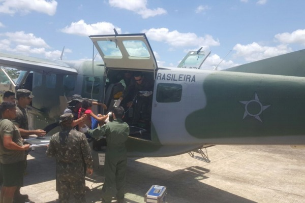 Jovem indígena de 13 anos chegou ao Pelotão de Fronteira do Exército e foi resgatada por aeronave da FAB