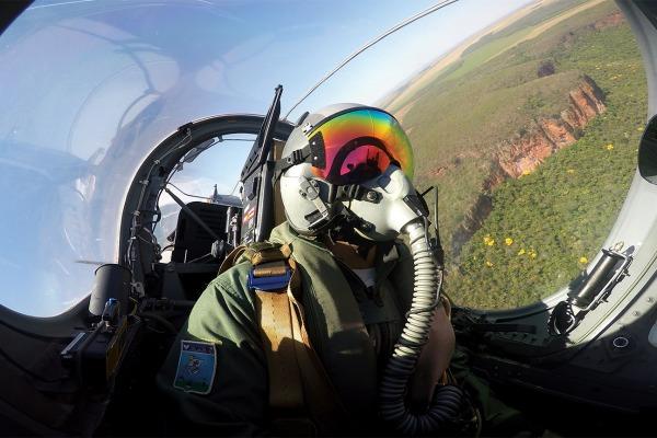 Para se tornar piloto, é necessário passar pela Academia da Força Aérea, fazer especialização em Natal (RN) e, então, atuar nos esquadrões operacionais