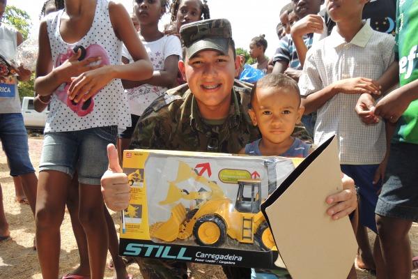 Mais de 100 crianças receberam brinquedos