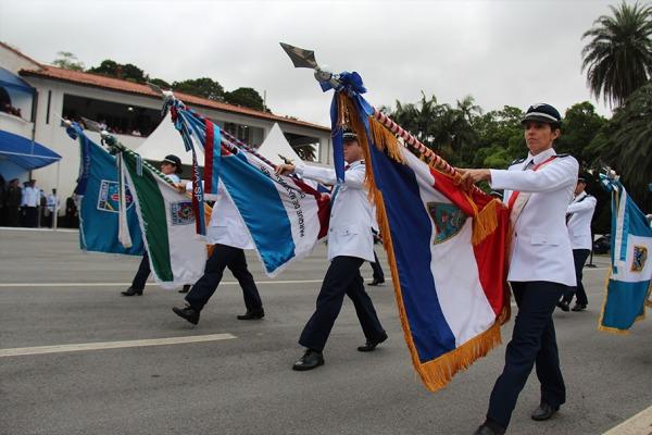 Estandartes durante o desfile em São Paulo