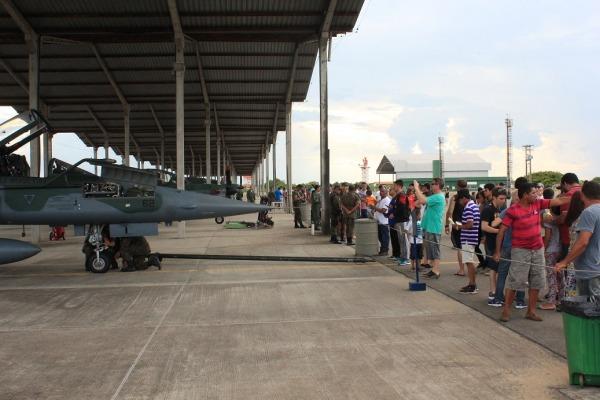 Visitantes observando aeronave F-5M