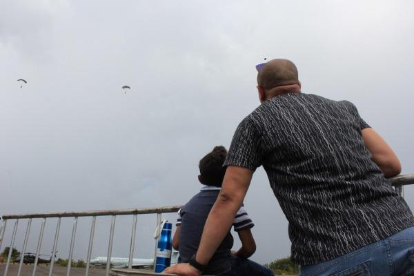 Pai e filho observam salto de paraquedistas na Ala 7 em Boa Vista (RR)