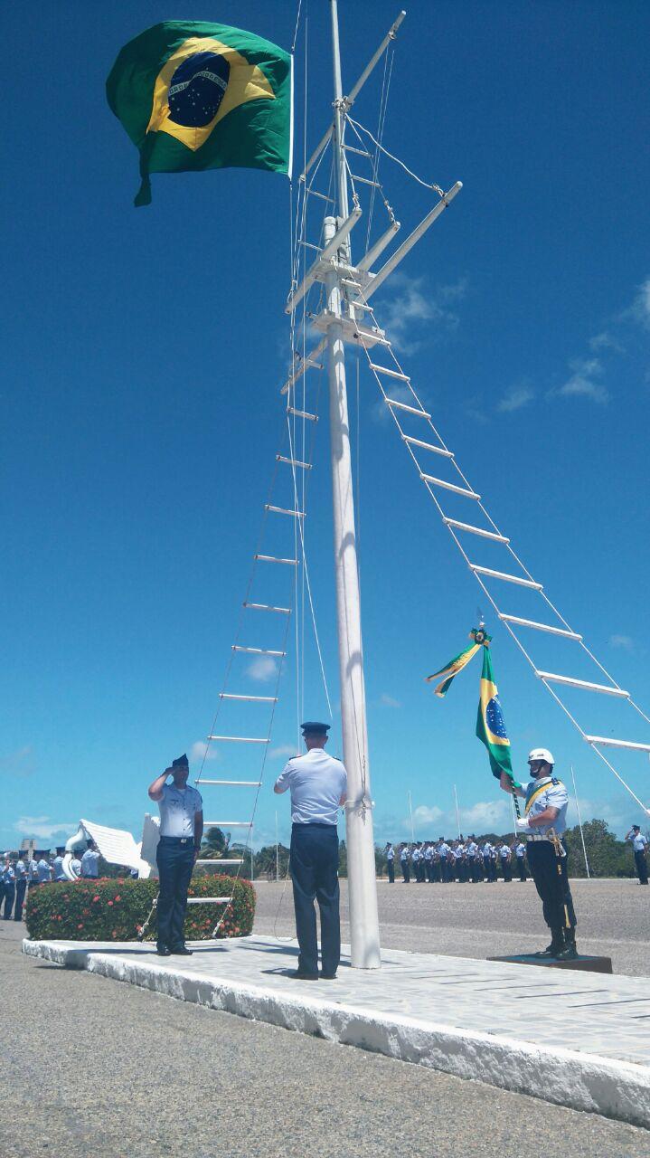 O comandante da Ala 10 realiza hasteamento da Bandeira Nacional