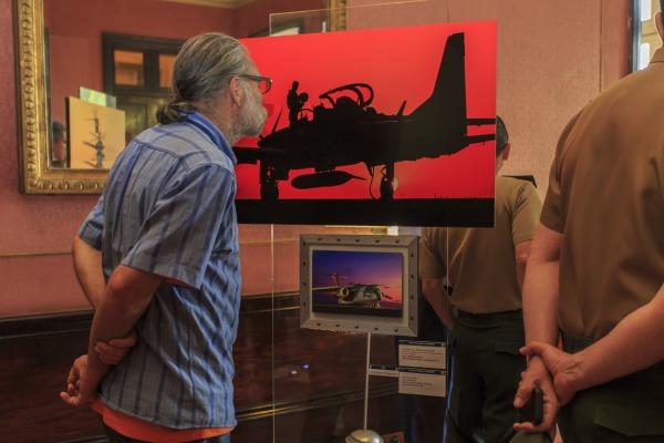 Visitante observa uma das imagens da mostra