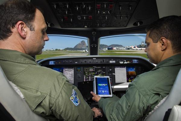 Pilotos da FAB usando o FPL BR