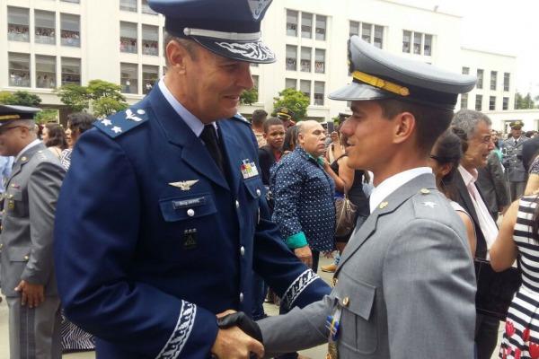 O Aspirante a Oficial Chesler serviu na Escola de Especialistas de Aeronáutica