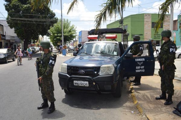 Militares da FAB realizam ações de patrulha a pé e motorizada em Parnamirim