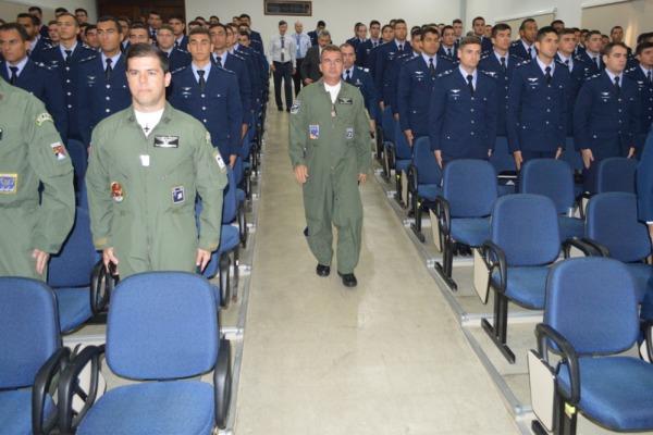 Comandantes da Ala 10 e do GITE ministraram briefing inicial aos estagiários