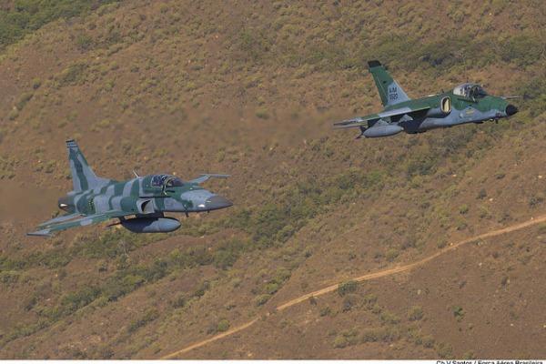 Aeronaves que atuam na missão de defender: A-1 (dir) e F-5